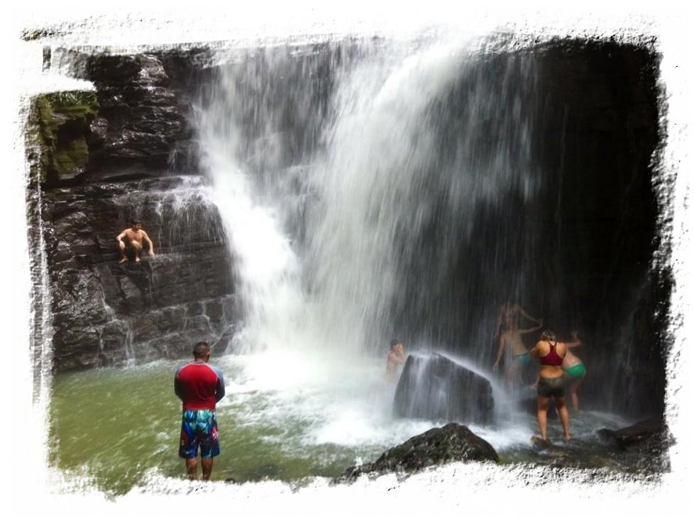 Visita en la cascada sagrada de Latas durante el retiro con Ayahuasca
